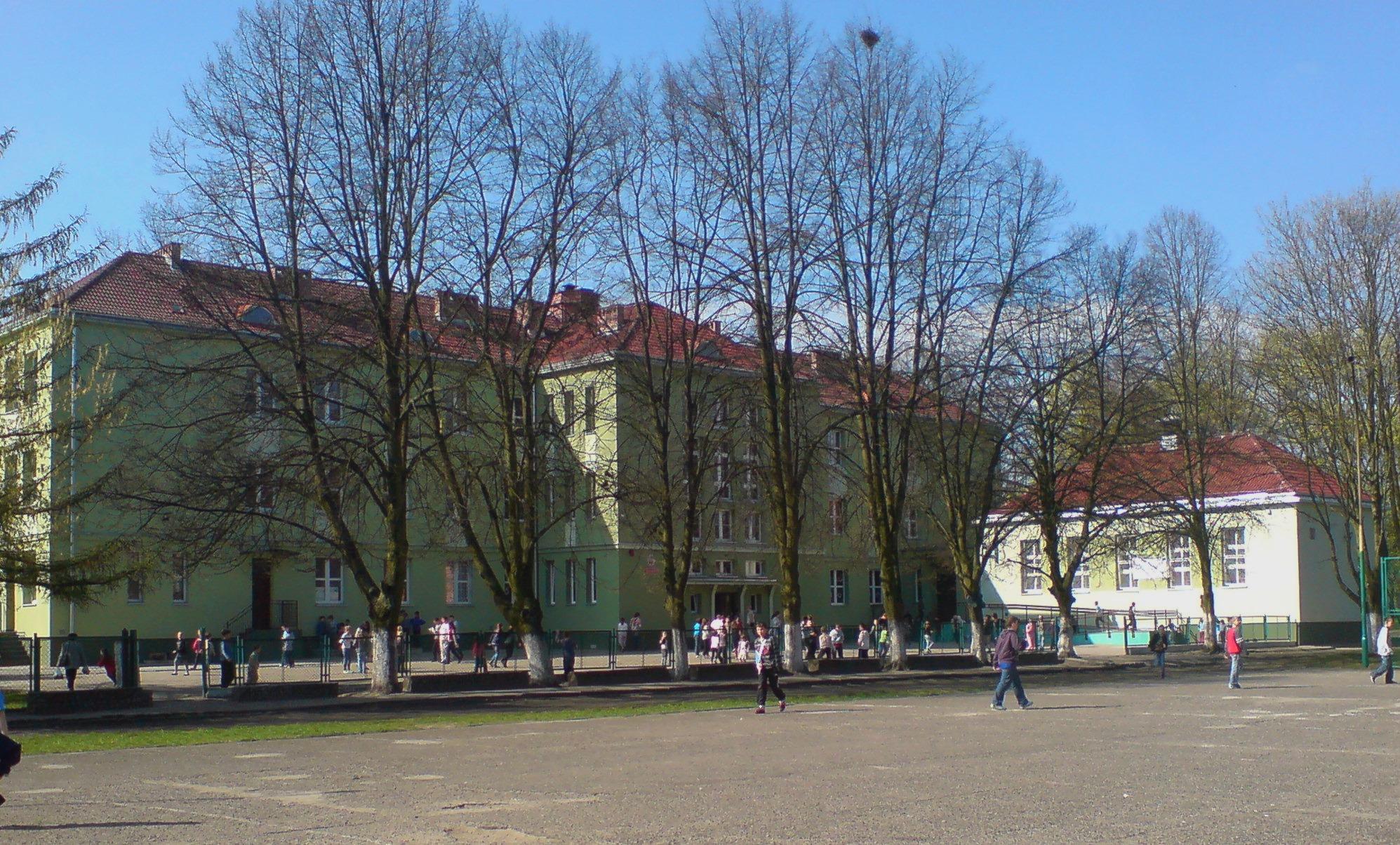 Widok na szkołę od strony boiska